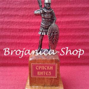 Metalna figura srpskog viteza na drvenom postolju